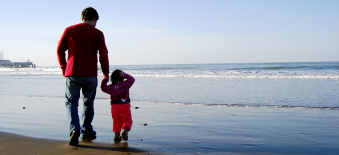 dad-walking-with-daughter-on-beach